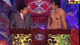 SONU SOOD TAKING OFF HIS SHIRT FOR THE ROLE IN HOUSEFULL 2 AT MAX Stardust Awards 2011