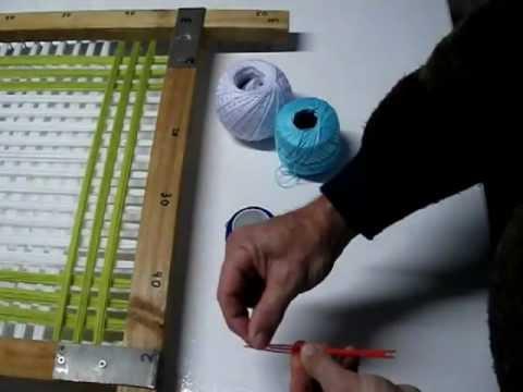 Tapete de lana artesano hecho con bastidor de madera.
