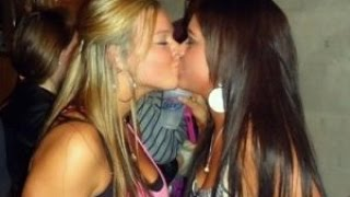 Girls kissing - NonStopEntertainment