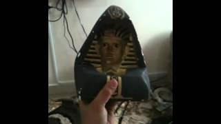 تمثال فرعوني عجيب ينظر اليك من كل اتجاه