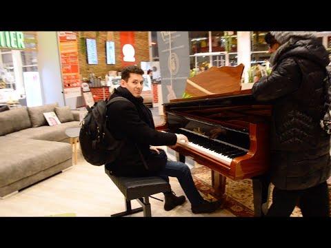 Spontaneous Piano Medley at a Furniture Store – THOMAS KRÜGER