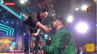 Varun raps out Tamma Tamma With Badshah at the Royal Stag Mirchi Music Awards | #RSMMA