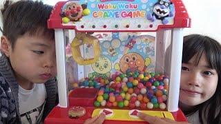 大量ガムボールをクレーンゲームで何個とれるかな~? アンパンマン こうくんねみちゃん gumball cranegame