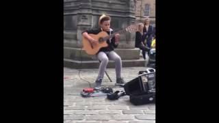 Chico tocando Bohemian Rhapsody