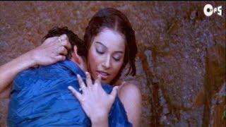 Kissing Scene - Bipasha And Aftab Kissing In Rain - Footpath