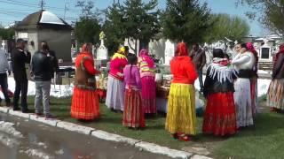 Romii au ieşit la cimitir pentru a da de pomană, cu grătare şi mese întinse