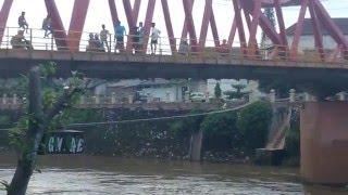 Anak-anak loncat dari jembatan sungai ogan baturaja