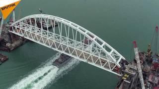 عبور اولین کشتی نیروی دریایی روسیه از زیر پل کریمه