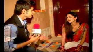Sunny Leone Celebrates Diwali with Ashutosh Badgaiyan - Live India