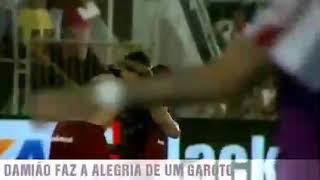 Demonstração de humildade-Leandro Damião entrega camisa a um menino