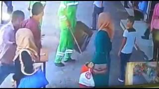 شاب يعتدي على فتاة امام المارة في عمان