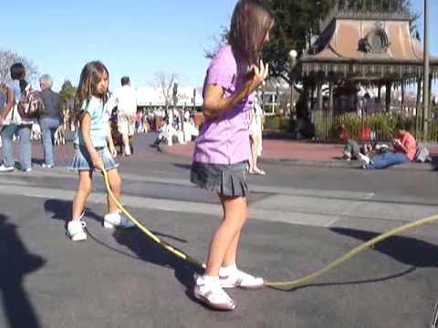 Nenas saltando la soga antes del desfile