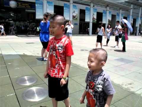 兩兄弟去� 會城玩噴水池,臭fing中水� � 2010 07 25