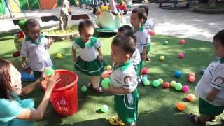 Nhà trẻ chơi trò nhặt bóng trong sân trường mầm non Hạnh Phúc