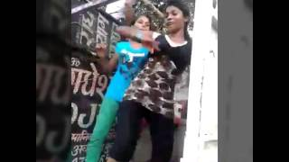 Bahut saket tohar choli tu hi kholaa (Bhojpuri video song)