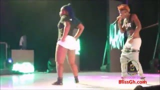 wisa goes naket lol, shows penis on stage