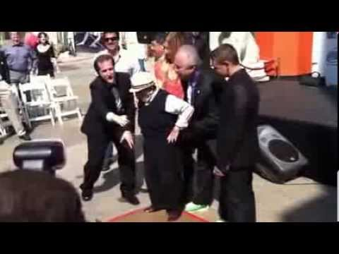 93-year-old Wizard Of Oz munchkin Jerry Maren sings the Lollipop Guild song