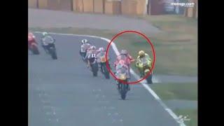 Rossi marah saat berbenturan dengan Max Biaggi, duel klasik di suzuka 2001