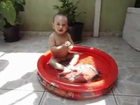 Bebê tomando banho na piscina