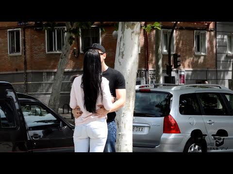 BESOS FACILES ♥ KISSING PRANK Besando a chicas desconocidas con truco de magia de cartas