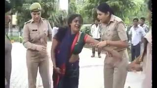 Ladies Police ki Gundagardi  Road Par Ki Aurato Ki Pitayi