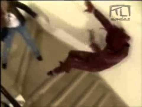 Carita de Ángel Cassandra empuja a Estefanía por las escaleras