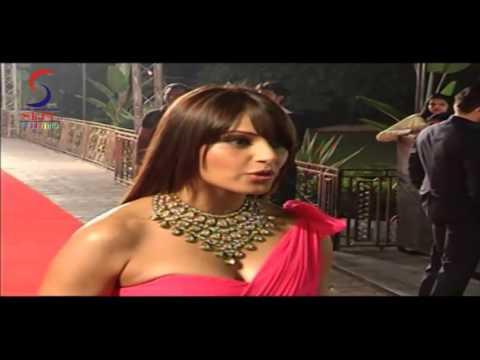 H0T Bipasha Basu In A High-Slit Dress At SRK's Movie Premiere