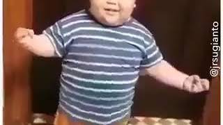 ولد يرقص رقص نار 😂😂😂