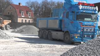 Scania V8 sound dumps of gravel at a racetrack in Visby 2013