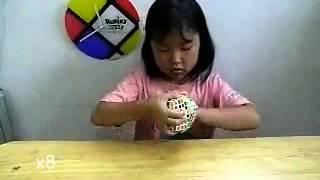 بنت يابانية تحل مكعب روبيك 8×8×8