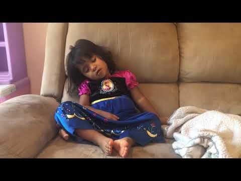 Kylie - Dormindo sentada - Dec 2018
