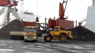 Lossning av malmfartyg i Uddevalla hamn 2012-02-07