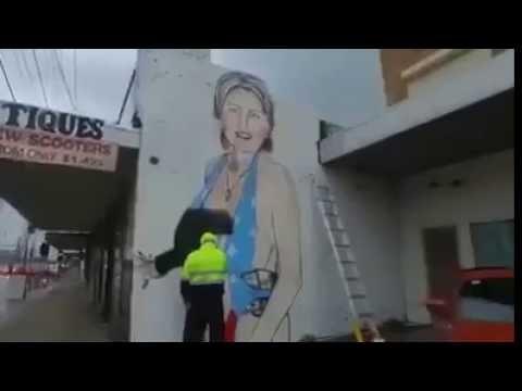 Xxx Mp4 رسام أسترالي أنجز غرافيتي لهيلاري كلينتون و هي شبه عارية فطلبوا منه إزالته 3gp Sex