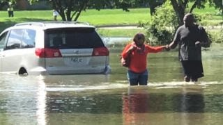 NFL legend Neil Smith aids pregnant woman in flooded street