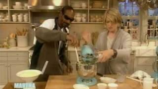 Download Snoop makes Mashed Potatoes   Snoop Dogg   Martha Stewart Video