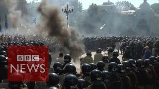 Ukraine: Police and protesters hurt in Kiev clashes over autonomy deal - BBC News