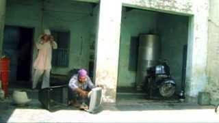 Punjabi Funny video KHOJI DE KARE (new) by mani kular