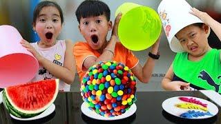 Download Кей притворяется, что играет с игрушками сюрпризами в конфетку для детей в веселой семейной игре Video