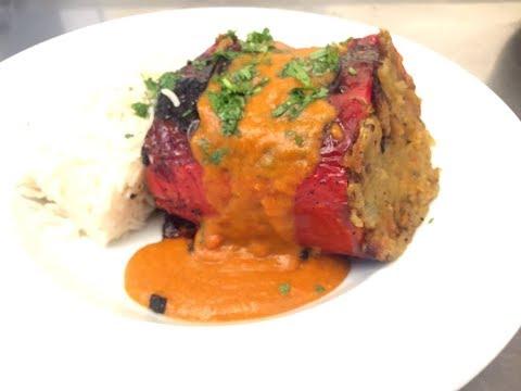 Pimientos asados rellenos con salsa de curry. Estilo India. Vegan