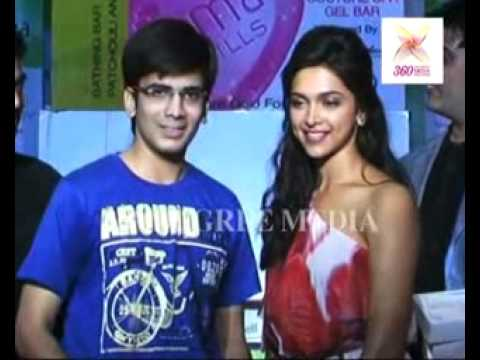 Sexy Deepika Padukone gifts hampers to lucky winners, one of them goes down on his knees!