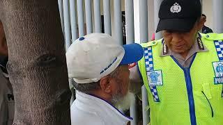 NGAK BOLEH DEKAT BAWASLU, BAPAK2 TUA MELAWAN POLISI KARENA DI USIR.
