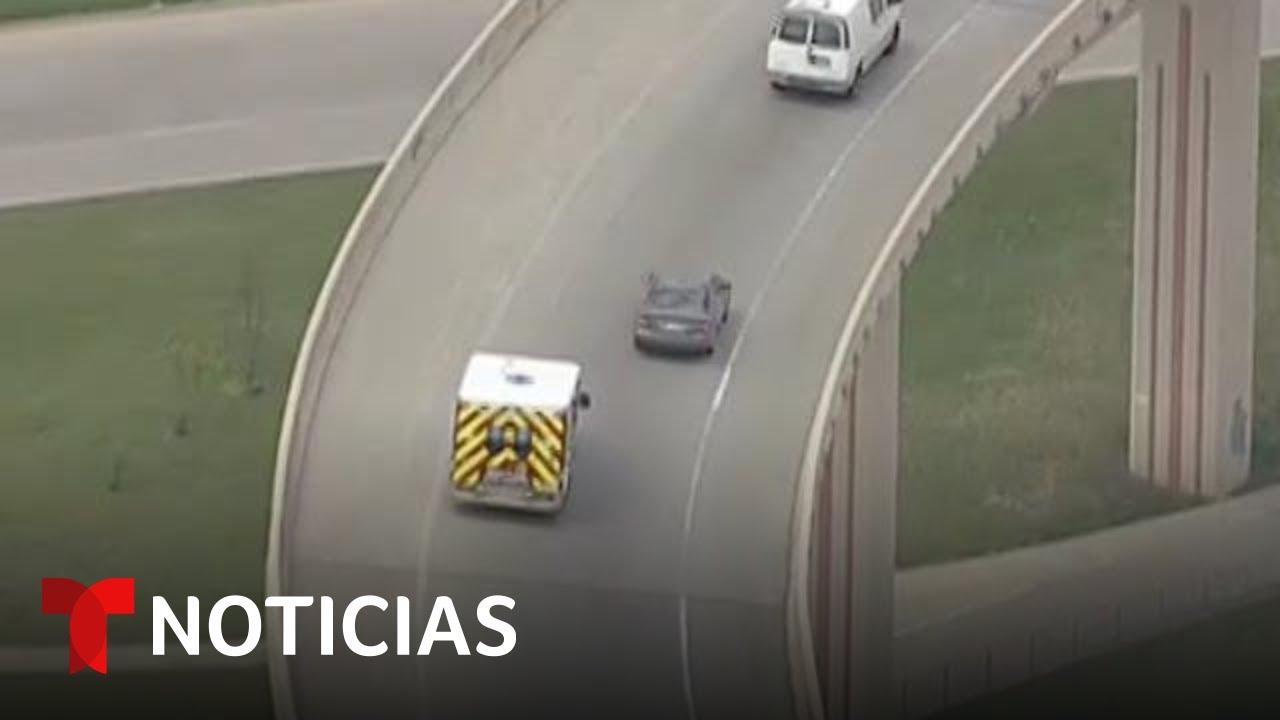 Policía en Dallas persigue al conductor de una ambulancia robada | Noticias Telemundo