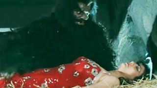 Shatrughan Sinha saves Kimi Katkar from the Beast - Hum Se Na Takrana Action Scene