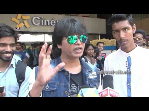 Shah Rukh's DUPLICATE Promotes FAN Gives Free Tickets To SRK Fans In Fun Cinema Mumbai !!!