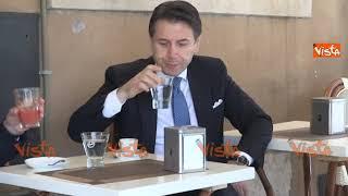Conte prende un caffè al bar dopo la cerimonia all'Altare della Patria