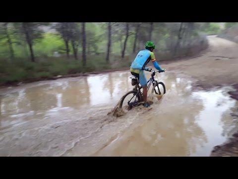 Ciclismo montaña por Coto Cuadros con charcos agua y barro