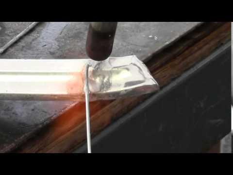 Cómo reparar una moldura de capó de aluminio de un Mustang 1967