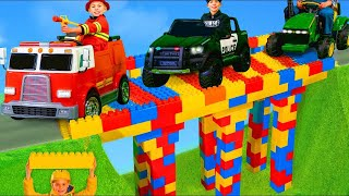Les enfants construisent un pont - Ils apprennent et jouent avec des véhicules - Toys for kids