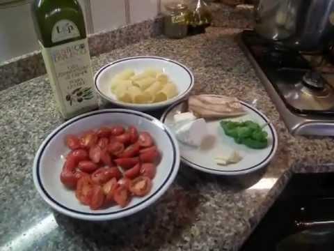 Paccheri con pomodorini del piennolo, cicoli e ricotta di pecora