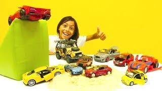 Download Erkek çocuk oyuncakları; Emir arabaların serinlemesine yardımcı oluyor. Video